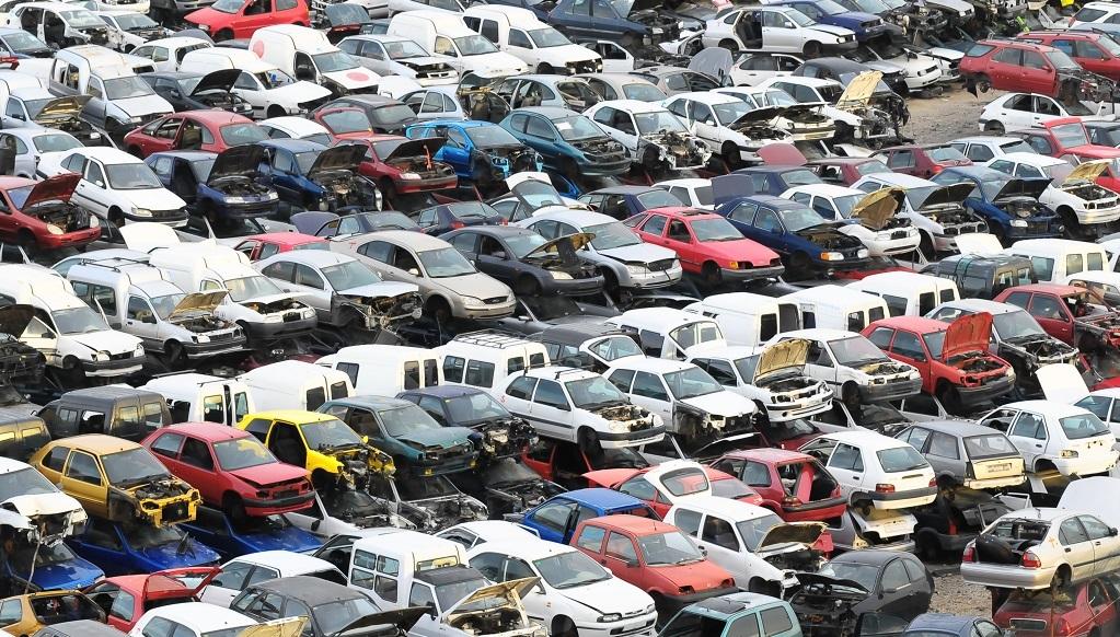 Cientos de coches viejos en un desguace de vehículos.