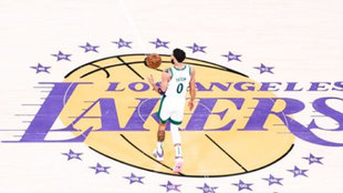 Jayson Tatum sobre el logo de los Lakers en el Staples