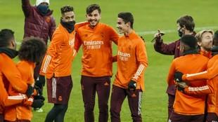Chust, entre Mariano y Arribas, en el entrenamiento previo al partido...