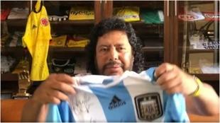 Higuita muestra una camiseta regalada por Maradona.