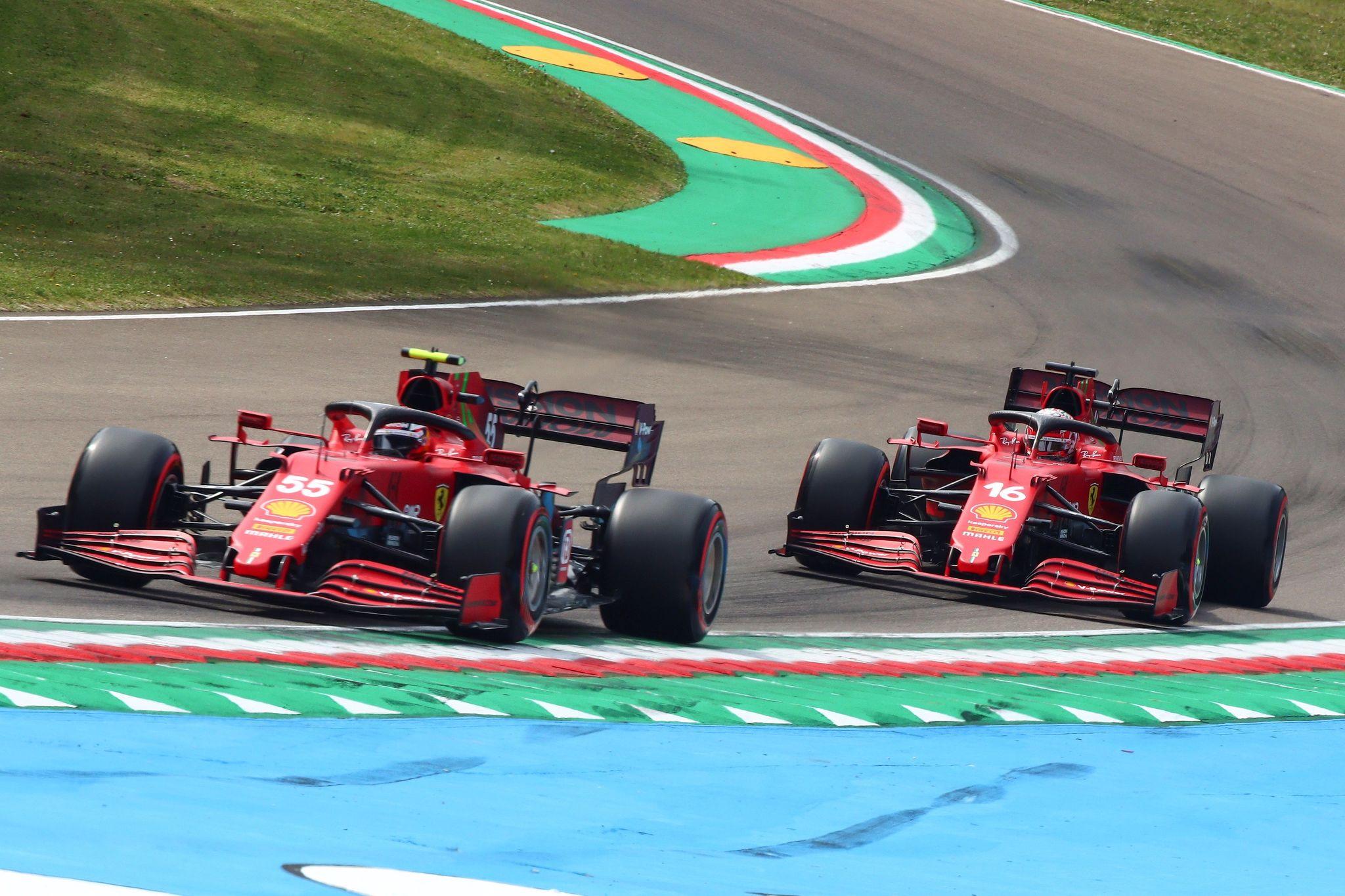 -FOTODELDIA- Imola (Italia), 17/04/2021.- El piloto español de Fórmula Uno, lt;HIT gt;Carlos lt;/HIT gt; lt;HIT gt;Sainz lt;/HIT gt; Jr (i) y su compañero de escudería Charles Leclerc (d), ambos de Ferrari durante la tercera sesión de entrenamientos libres en el Gran Premio de la Emilia Romaña de Fórmula Uno en el circuito de este sábado. EFE/ Davide Gennari