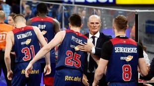 Dusko Ivanovic saluda a sus jugadores después de un encuentro.