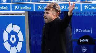 Eduardo Coudet da instrucciones desde la banda en un partido de Liga.