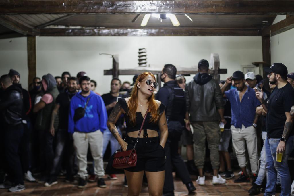 Participantes en una fiesta clandestina en Sao Paulo (Brasil), país en el que el coronavirus está fuera de control