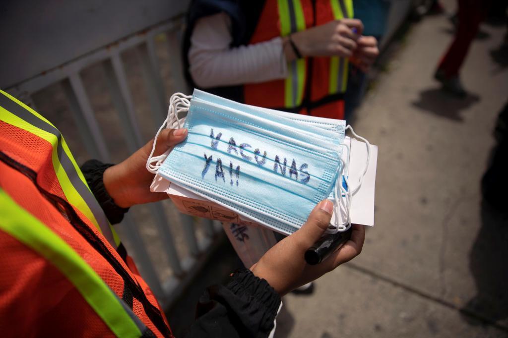 Protesta de trabajadores sanitarios y grupos opositores al presidente Nicolás Maduro en Venezuela, exigiendo el inicio efectivo de la vacunación contra el coronavirus