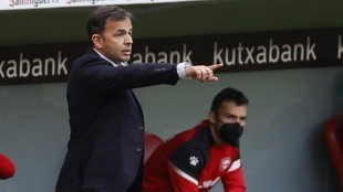 Javi Calleja, técnico del Alavés, da una indicación en el partido...