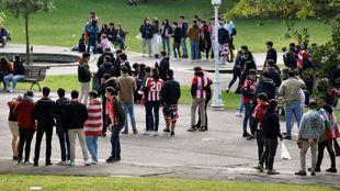 Grupos de jóvenes aficionados del Athletic, en un parque de la...