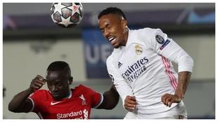 Militao cabecea ante Mané durante el último partido del Madrid ante...
