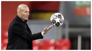 Zidane controla un balón en un momento del partido disputado en...