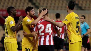 Balenziaga, saludado por varios jugadores del Barcelona al finalizar...