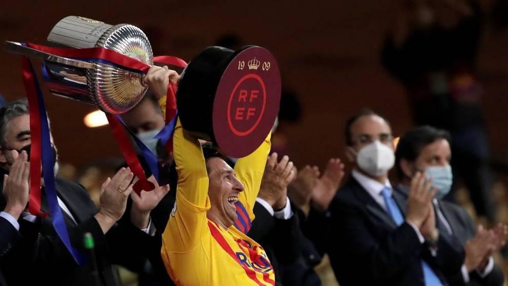 Leo Messi levanta la Copa del Rey.