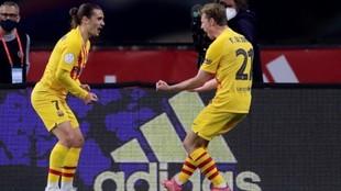 Griezmann y De Jong celebran uno de los goles de la final de Copa.