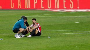 Raúl García, desolado al término del encuentro, habla con...