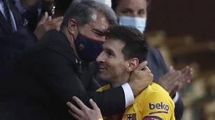 Joan Laporta hugs Messi after the final.