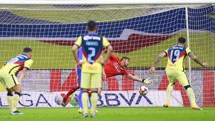 América se va adelante ante Cruz Azul con un polémico penalti.