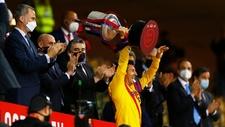 lionel messi levanta la copa del rey y se espera que continue en el...