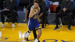 Curry agradece la asistencia tras anotar un triple.