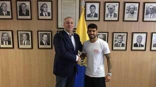 Tana, con el presidente de la UD, Miguel Ángel Ramírez, tras su...