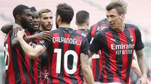 Los jugadores del Milan celebran uno de sus goles al Genoa.