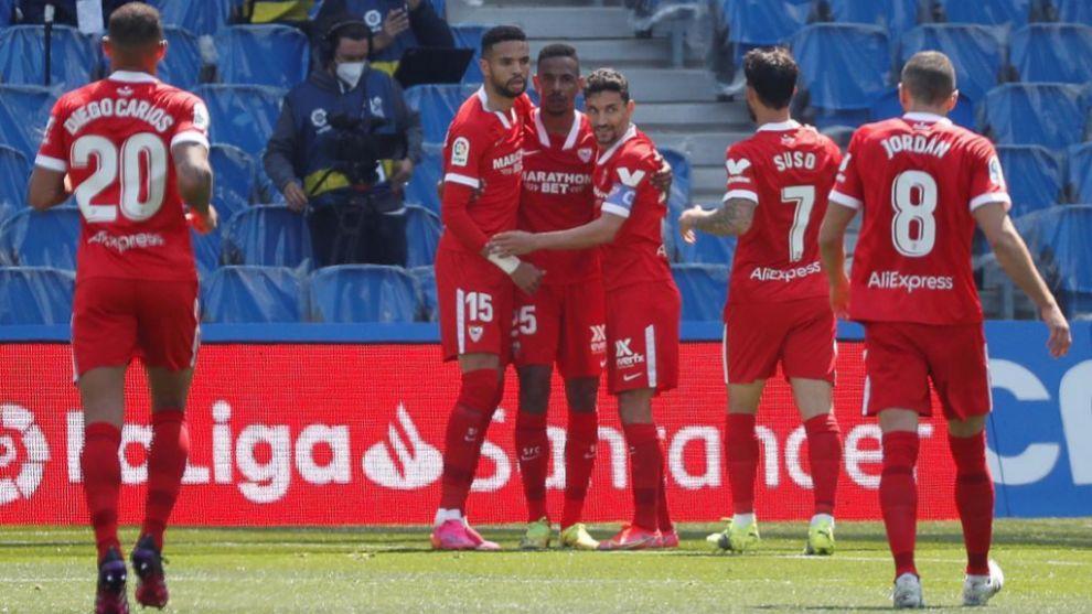 Los jugadores del Sevilla celebran un gol ante la Real. /
