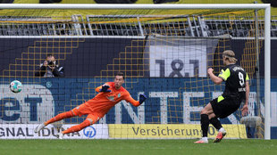Haaland marca de penalti ante el Werder Bremen.