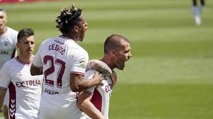 Ortuño, con Cedric subido a su espalda, celebra el gol de la victoria...