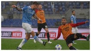 Ciro Immobile marca uno de sus tres goles contra el Benevento.