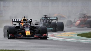 Verstappen tras adelantar a Hamilton en la salida en Imola