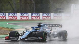 Fernando Alonso, durante las primeras vueltas del Gran Premio Emilia...