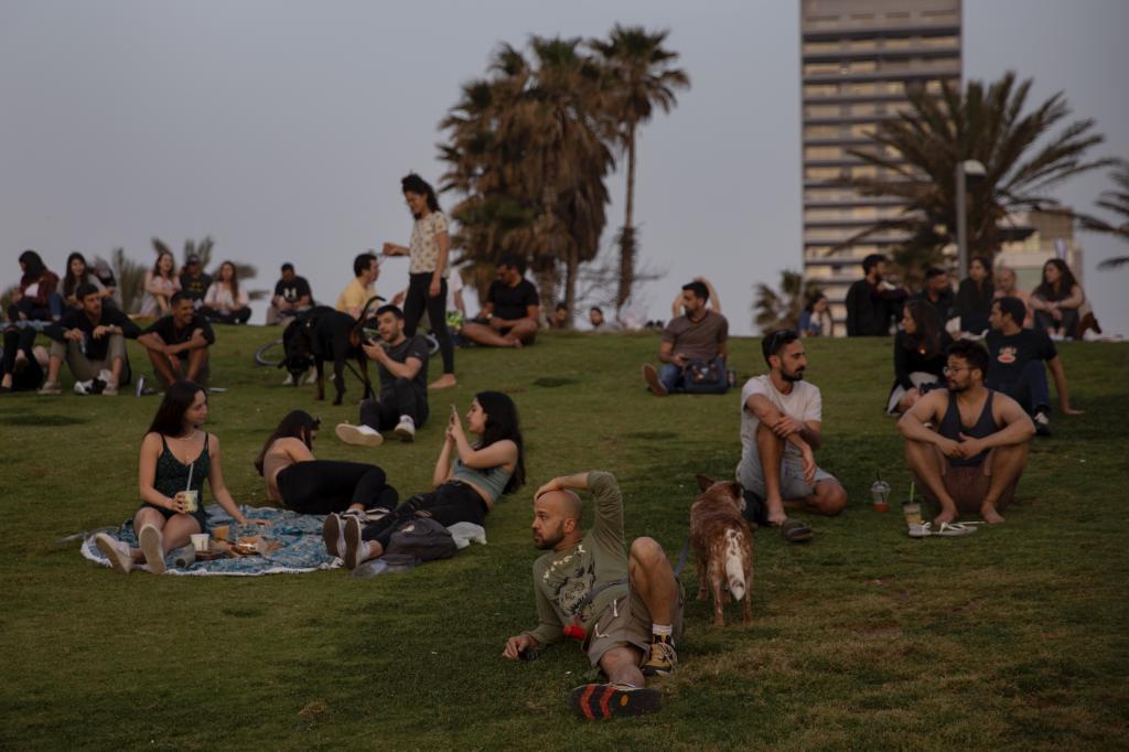 Israelíes en un parque. Israel ha decretado el fin de la obligatoriedad de la mascarilla al aire libre tras el éxito de su campaña de vacunación