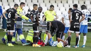 Gio Zarfino, con evidentes gestos de dolor, tras sufrir la lesión y...