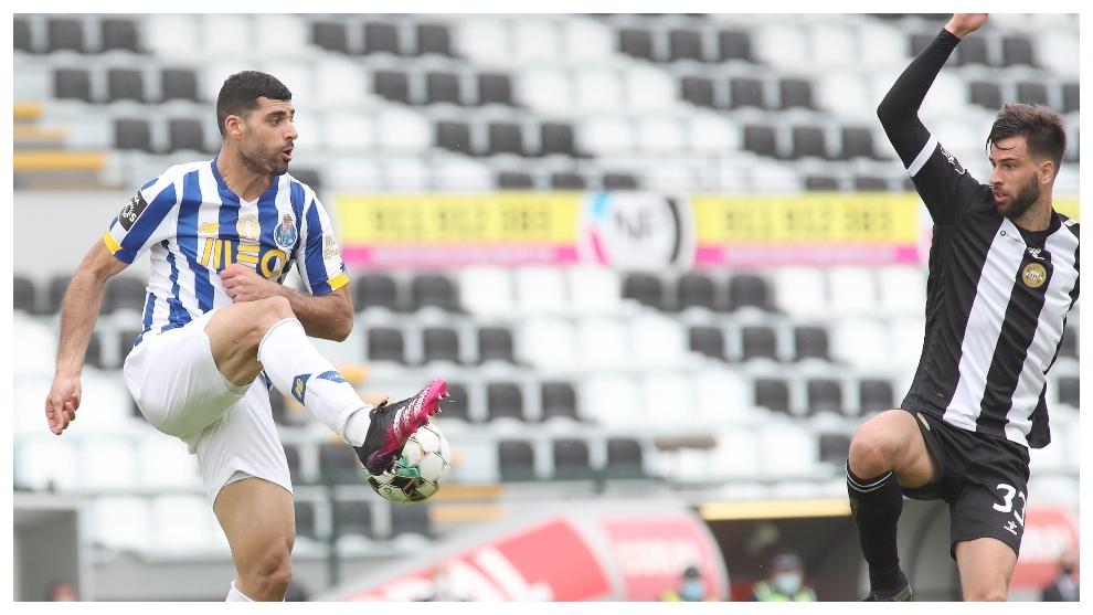 Taremi controla el balón en presencia de Rui Correia.