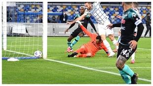 El centro de Insigne que acabó en el gol de Handanovic en propia...
