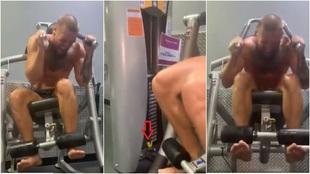 Conor McGregor haciendo abdominales con el tope de peso de la...