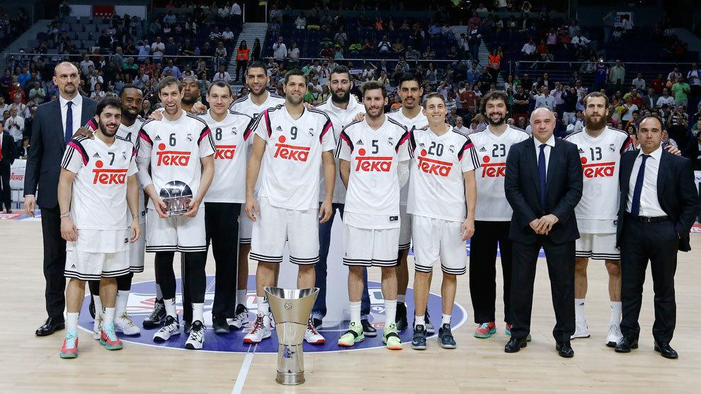 El Real Madrid con el trofeo de campeón de la Euroliga en 2015