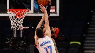 Aleksej Pokusevski tapona a Gary Trent en el partido ante los Raptors