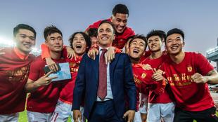 Fabio Cannavaro posa sonriente delante de un grupo de futbolistas del...