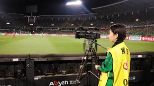 Una camara grabando un partido durante un partido de la Superliga...