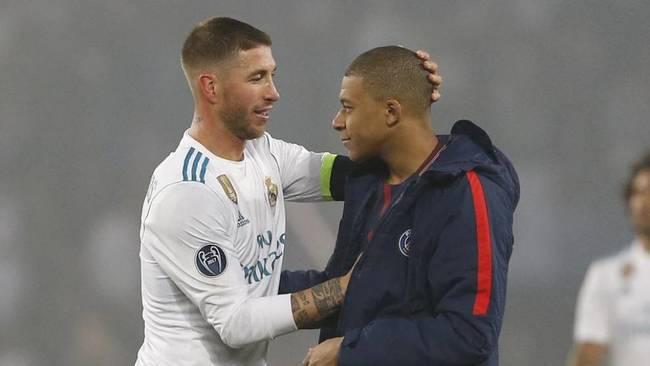 Sergio Ramos y Mbappé, tras un partido entre el Real Madrid y el PSG.