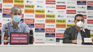 Pablo Alfaro y Juanito, director deportivo, en el anuncio de la...