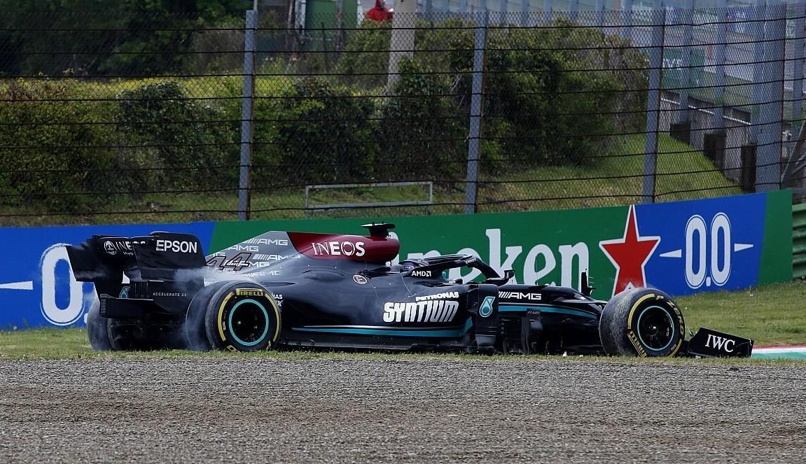 Hamilton, dando marcha atrás para intentar volver a la pista.