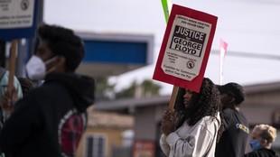 Una joven pide justicia para George Floyd durante una concentración.