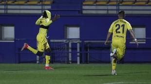 Nwakali celebra uno de sus goles antes de recibir el abrazo de Dani...