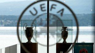 Los trofeos de la Champions League y la Eurocopa en la sede de la...