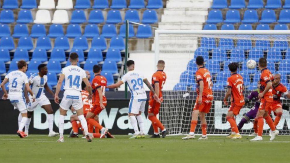 Sergio González, dorsal 6, observa cómo su remate va hacia la...