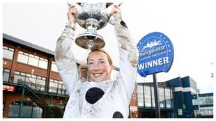 Lorna Brooke con un trofeo tras una de sus victorias.