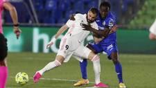 Djené pugna por un balón con Karim Benzema en el partido de este...