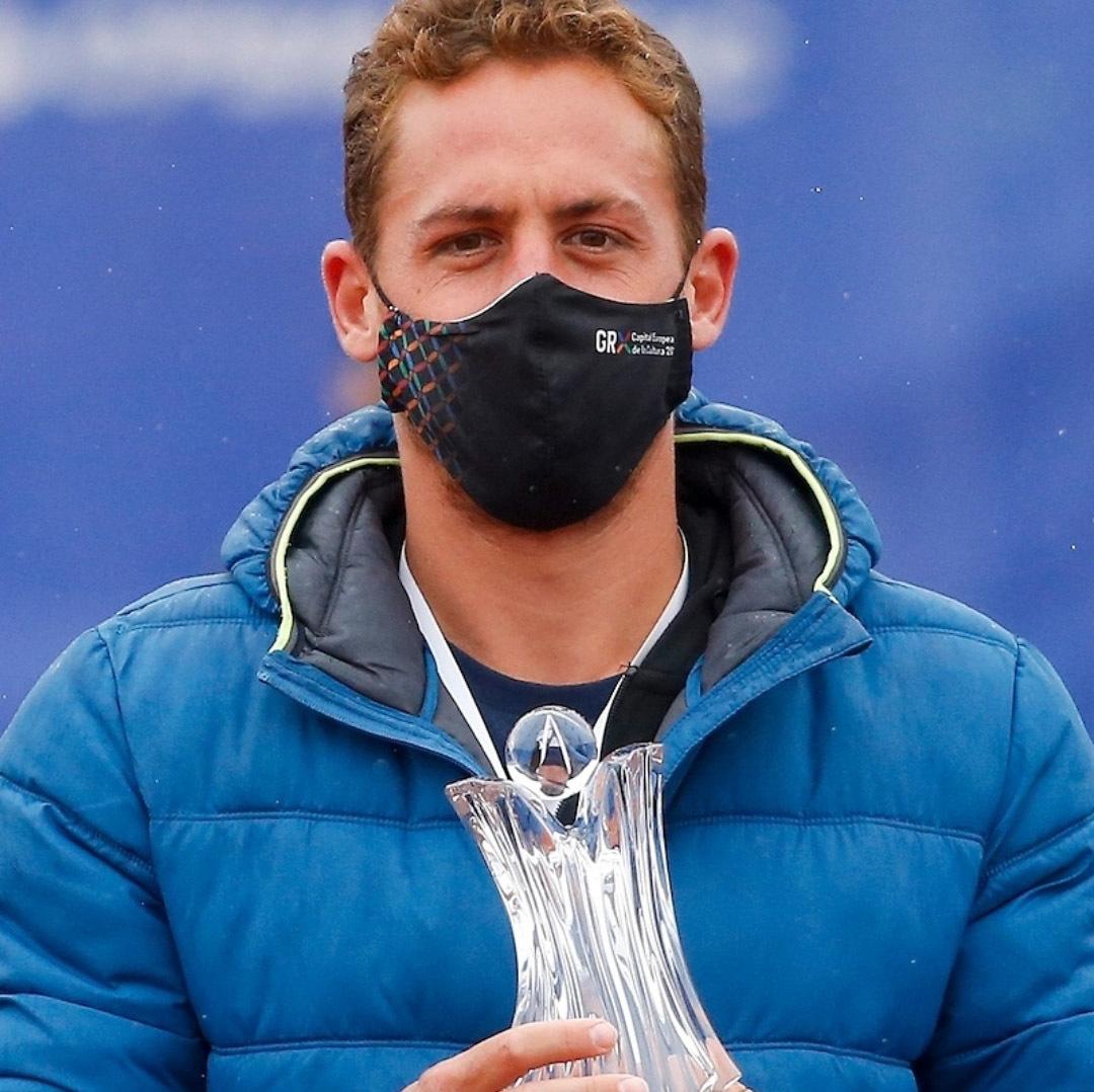 Roberto Carballés, con el trofeo de Belgrado