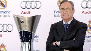 Florentino Pérez con el trofeo de la Euroliga conquistada por el...