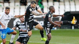 Los jugadores del Cartagena, durante una acción del partido ante el...